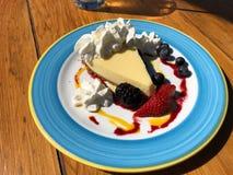 礁莱檬饼盘用莓果和鞭子奶油 免版税图库摄影
