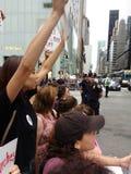 示威者和警察,反王牌集会, NYC, NY,美国 免版税图库摄影