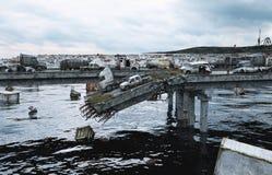 默示录海视图 被毁坏的桥梁 末日审判概念 3d翻译 库存照片