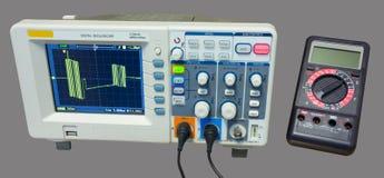 示波器和多用电表 数据行信号的测量 免版税库存照片