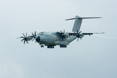 示范飞行军事运输航空器空中客车A400M地图集的雨天 免版税库存图片