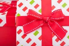 礼品包装材料与一把红色弓 库存照片