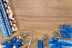 礼品包装材料供应构成 与文本空间的平的位置 免版税库存图片
