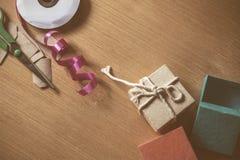 礼品包装材料在木 库存照片