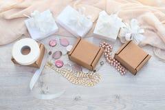 礼品包装材料在箱子的一个假日 免版税库存图片