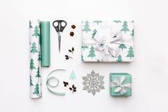 礼品包装材料构成 在白色背景隔绝的北欧圣诞节礼物 绿松石色的被包裹的礼物盒 免版税库存图片