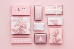 礼品包装材料构成 在粉红彩笔背景隔绝的美丽的北欧圣诞节礼物 桃红色上色了被包裹的礼物盒 免版税库存图片