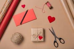 礼品包装材料背景 平的位置 顶视图 在工艺的礼物 库存照片