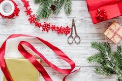 礼品包装材料集合新年和圣诞节2018年问候在木背景上面veiw 库存图片