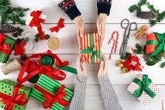 礼品包装材料 在箱子的包装的现代圣诞节礼物 免版税库存照片