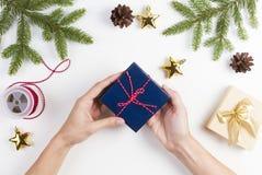 礼品包装材料 妇女包装圣诞节的礼物 库存图片