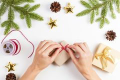 礼品包装材料 妇女包装圣诞节的礼物 免版税库存图片