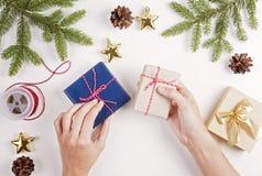 礼品包装材料 妇女圣诞节的包装礼物 库存图片