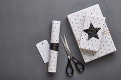 礼品包装材料 平的位置圣诞节概念 免版税图库摄影