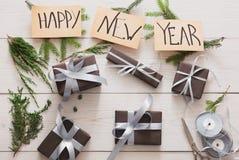 礼品包装材料 当前包装的现代新年在箱子 免版税图库摄影