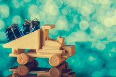 礼品发运 玩具卡车驾驶一件小的礼物 另外的卡片形式节假日 免版税图库摄影