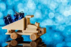 礼品发运 玩具卡车驾驶一件小的礼物 另外的卡片形式节假日 免版税库存照片