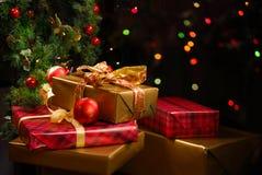 礼品在圣诞树下 库存图片