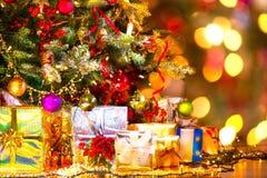 礼品在圣诞树下 库存照片