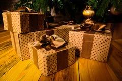 礼品在结构树下 库存照片