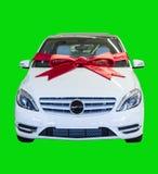 礼品在绿色查出的被包裹的机动车 免版税图库摄影