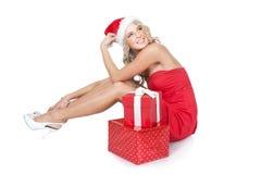 礼品女孩帽子辅助工相当红色圣诞老&# 免版税库存图片