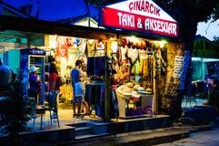 礼品店在Cinarcik镇 库存照片