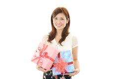 礼品微笑的妇女 库存照片