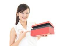 礼品微笑的妇女 免版税图库摄影