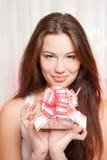 礼品愉快的妇女 免版税库存图片
