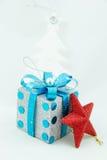 礼品,白色圣诞节结构树和星形 库存照片