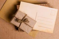 礼品grunge纸张存在 免版税库存照片