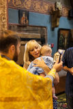 洗礼新出生的婴孩的圣礼的圣洁正统礼拜式 库存照片