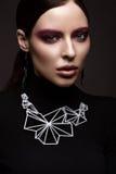 黑礼服、直发和时髦构成的美丽的深色的女孩 魅力秀丽面孔 库存照片