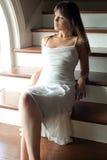 礼服俏丽的楼梯间妇女年轻人 免版税库存照片