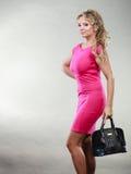 礼服的典雅的中间年迈的妇女有袋子的 免版税库存照片