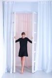 黑礼服的可爱的妇女 库存图片