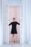 黑礼服的可爱的妇女 免版税库存图片