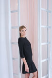 黑礼服的可爱的妇女 免版税图库摄影