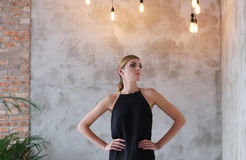 黑礼服的可爱的妇女 免版税库存照片