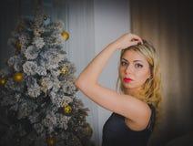 黑礼服的在晚上,圣诞前夕性感的女孩 库存照片