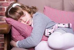礼服的女孩在沙发睡觉 库存图片