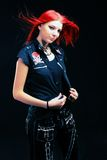 黑礼服的好红色头发女孩有空的衬衣的 免版税库存照片