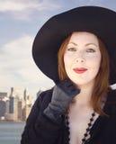黑礼服的妇女。曼哈顿地平线。 免版税库存照片