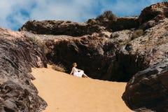 礼服的妇女在沙子 图库摄影