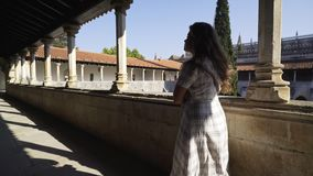 礼服的妇女在老修道院里 股票视频