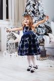 礼服的小女孩祝贺假日 conce 免版税库存照片