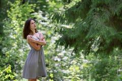 礼服的美丽的女孩有站立在森林的长的头发的 库存照片