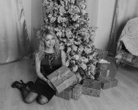 黑礼服的美丽的女孩自圣诞前夕一,黑白色 库存图片