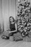 黑礼服的美丽的女孩自圣诞前夕一,黑白色 库存照片